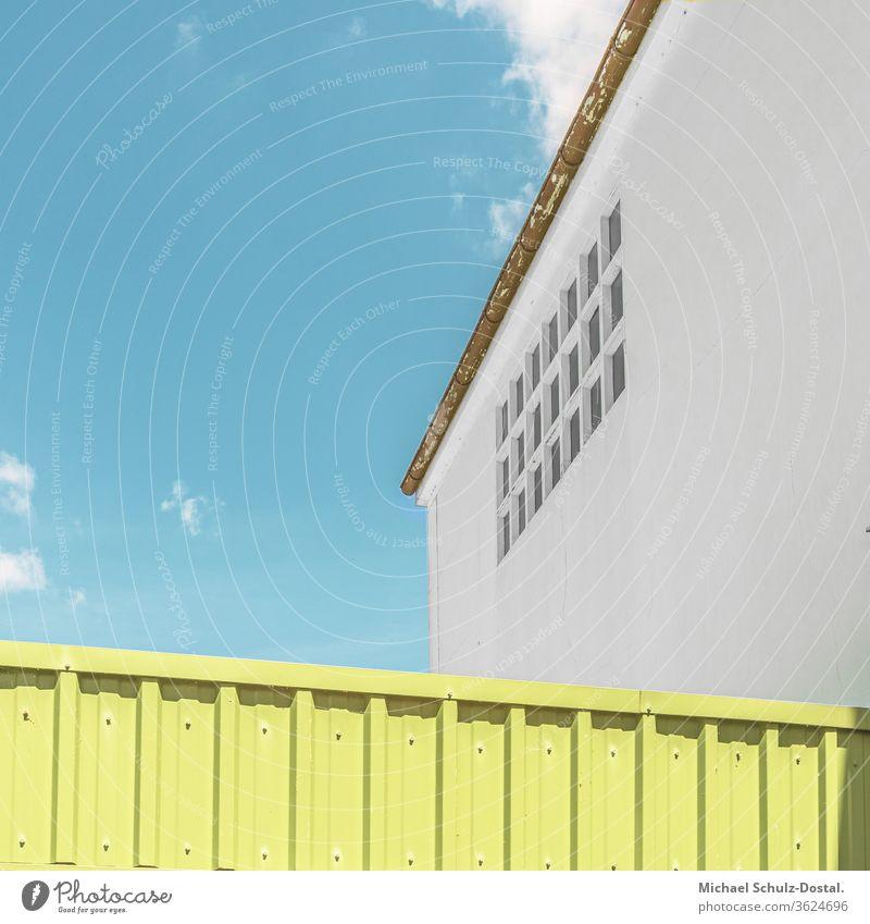 Gebäudesymmetrie nicht vorhanden Minimal grafisch farben formen Geometrie abstract grafik abstrakt quadrat harmonie attika architektur detail grün himmel dach