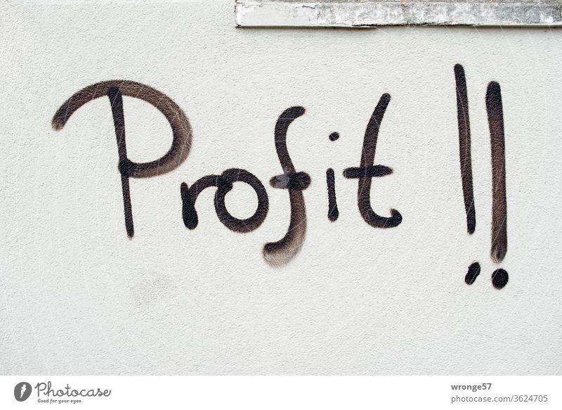 Graffito| das Wort Profit !! mit schwarzer Farbe auf eine hellgraue Wand gesprüht schwarze Farbe sprühen Mauer Großbuchstaben Graffiti Menschenleer