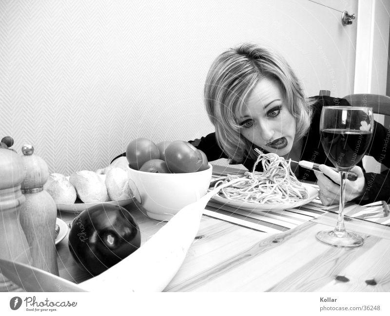 Esskultur 22 Mensch Ernährung Gift Tod Essen vergiftet Weinglas blond Frau Nudeln Schwarzweißfoto Gesichtsausdruck