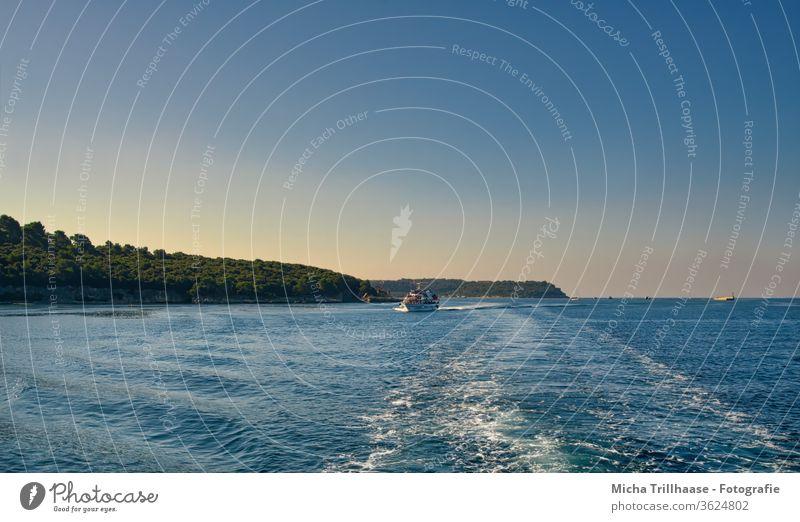 Bootsfahrt im Abendlicht Kroatien Istrien Meer Wasser Wellen Schiff Ufer Himmel Sonne Sonnenschein Natur Landschaft Urlaub Tourismus Touristen reisen Erholung