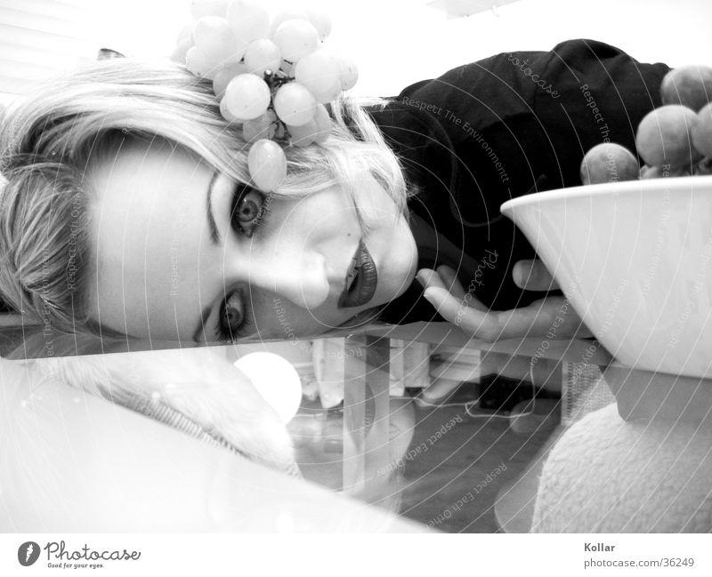 Esskultur 21 Mensch Tod blond Ernährung skurril Alkoholisiert Gift Spiegelbild Weintrauben beängstigend vergiftet Glastisch