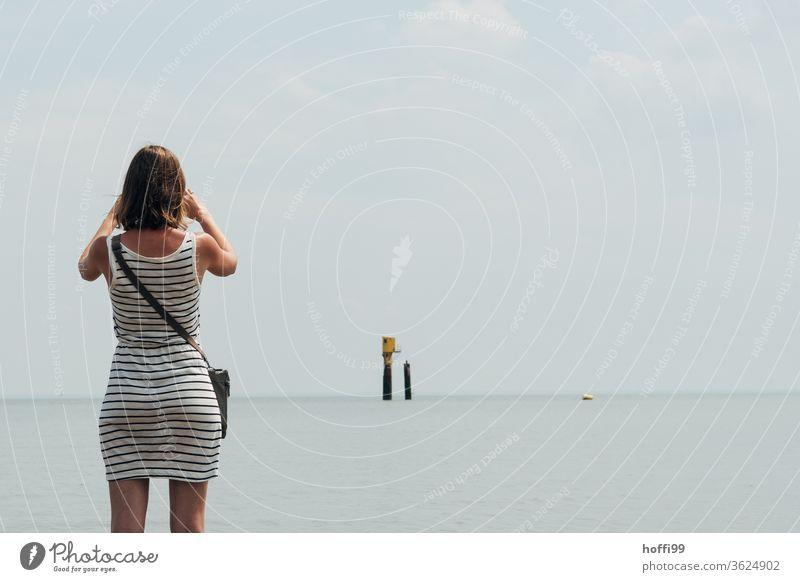 die junge Frau am Meer friert den Moment ein - Rettungshütte im Wattenmeer Junge Frau feminin schön 18-30 Jahre Jugendliche Fotograf Fotografin fotografierend