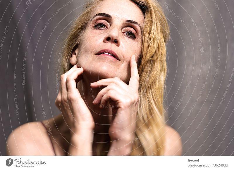 Porträt einer Frau in ihrer Reife II Menschen eine Person Erwachsensein Lifestyle Schönheit blond reales Leben echte Menschen dunkel Schatten heimwärts