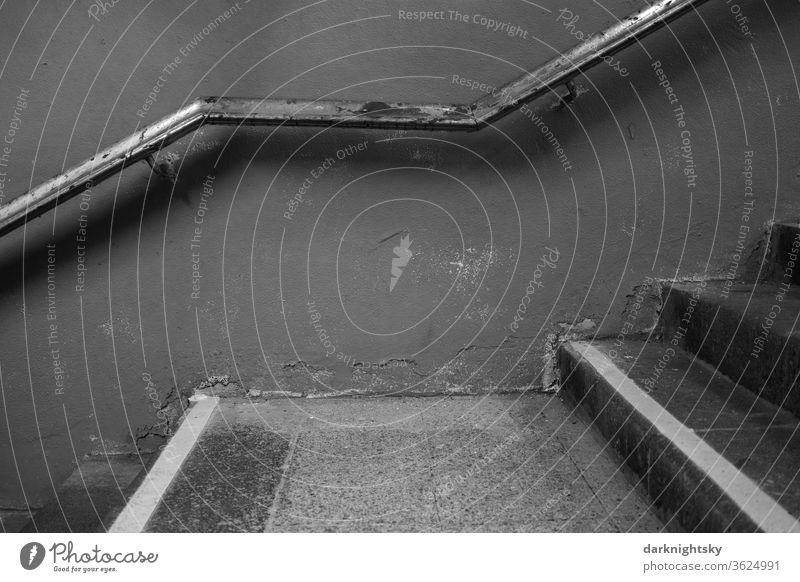 Alte Treppe mit Geländer Treppenhaus Bau Wesen Planen sanieren Architektur Flur Treppengeländer aufwärts aufsteigen Menschenleer Abstieg Niveau Karriere abwärts