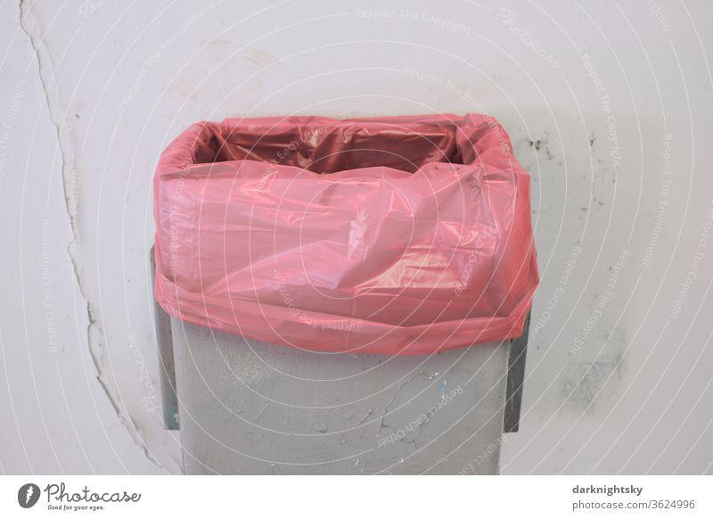 Abfall Eimer mit roter neuer frischer Mülltüte Recycling Umweltschutz Umweltverschmutzung ökologisch Menschenleer wiederverwerten Entsorgung Container