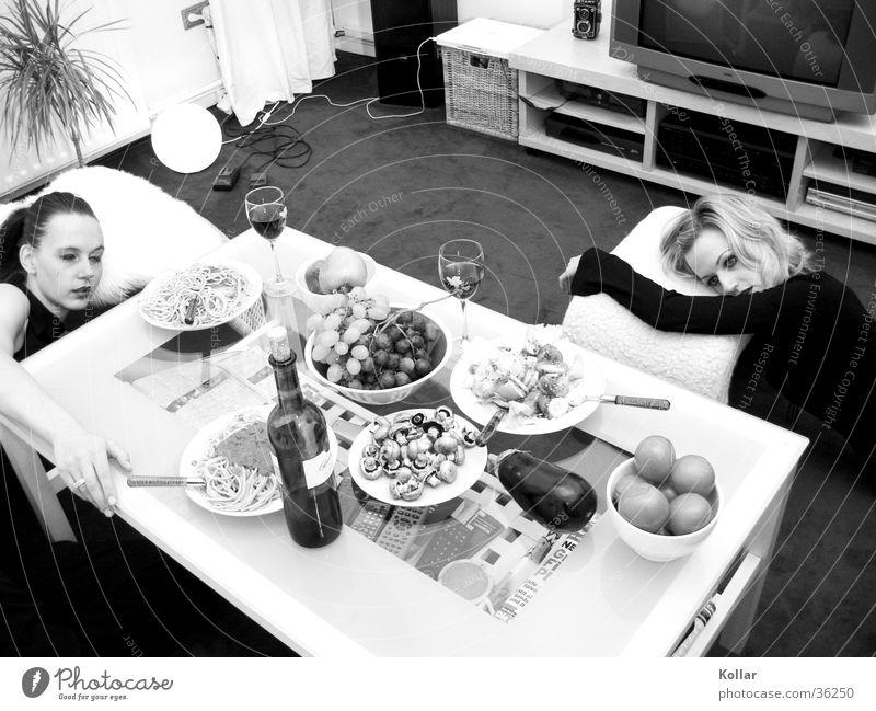 Esskultur 20 Mensch Frau Tod Ernährung Wein langhaarig Wohnzimmer skurril Alkoholisiert Nudeln Gift Weintrauben vergiftet Aubergine