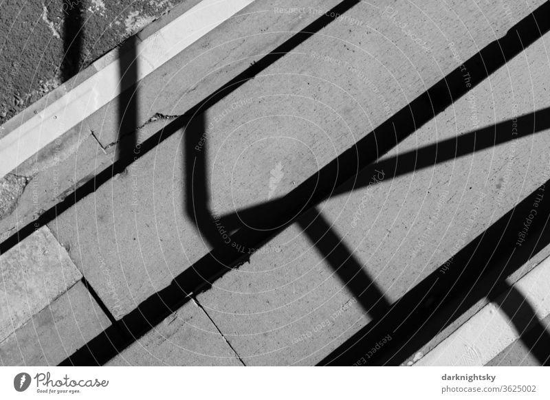 Stufen mit Schattenwurf und Markierungen Architektur Treppe Zugang Geländer Basaltlava Menschenleer Gebäude aufsteigen abwärts aufwärts Treppengeländer