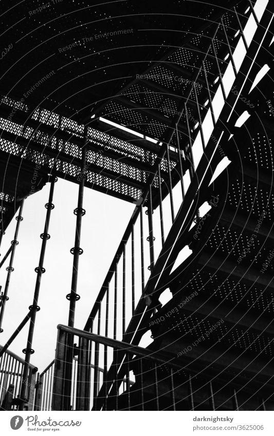 Stahl Bau Treppe zu einem Gerüst Treppenhaus außen Architektur Architekturfotografie Treppengeländer Geländer Treppenabsatz aufwärts Karriere Menschenleer