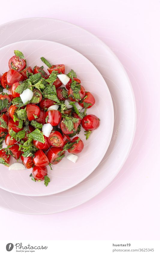 Hausgemachter Kirschtomatensalat mit frischen Zwiebeln, Minze, Olivenöl und Salz Gemüse Gesundheit Lebensmittel Kirsche Salatbeilage Tomaten Diät Blatt rot
