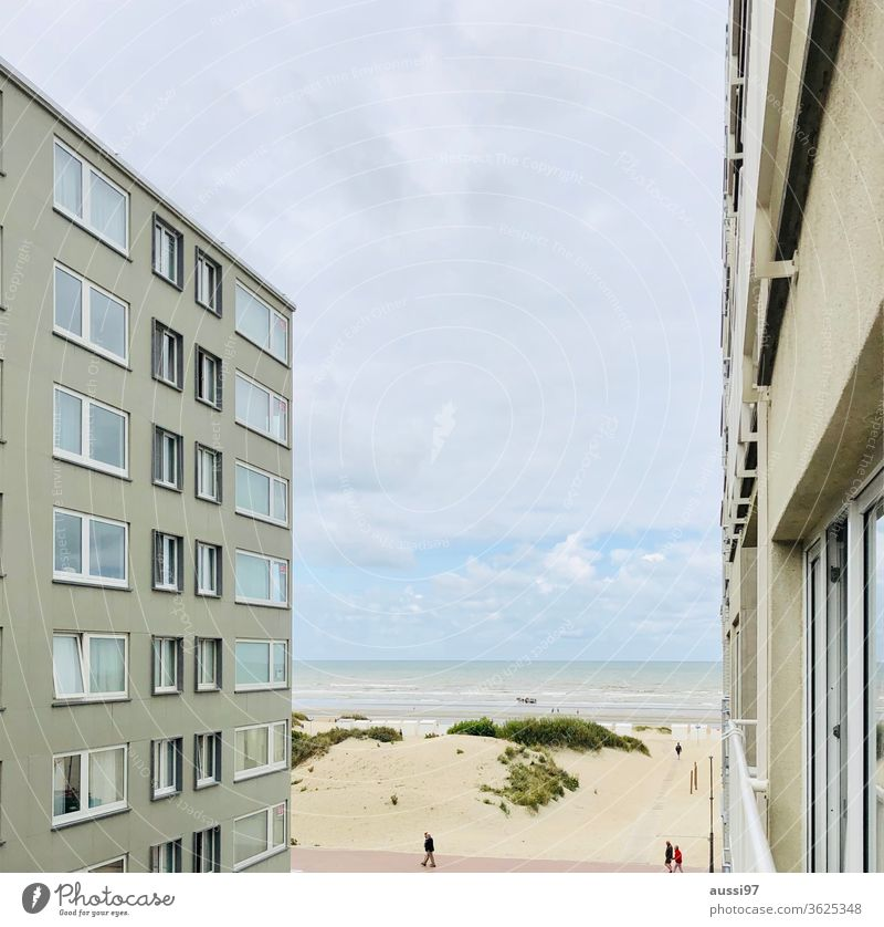 Blick durch Häuserschlucht auf Sandstrand Strand Belgien zugebaut verbaut Sanddüne Spaziergang Meer Küste Nordsee Wasser Ferien & Urlaub & Reisen Erholung