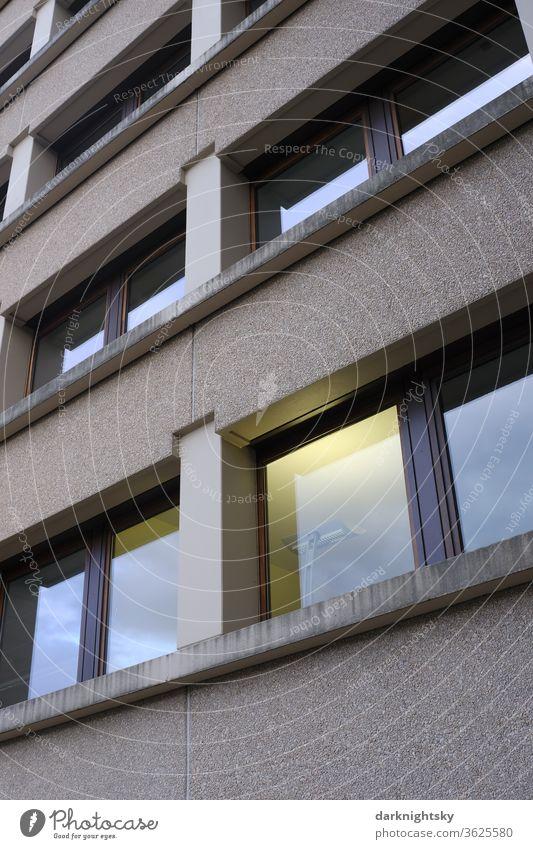 Büro Architektur Fassade mit Innenbeleuchtung Licht Lampe Energie Arbeit Überstunden Covid-19 covid-19 Gesundheit Quarantäne Infektion Coronavirus Pandemie Amt