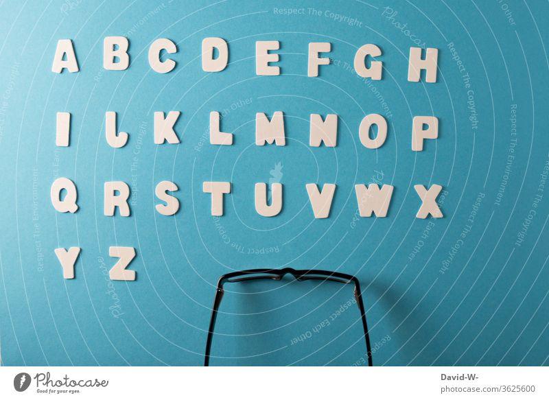 ABC Buchstaben lesen lernen Alphabet Brille analphabet Bildung Schule geordnet