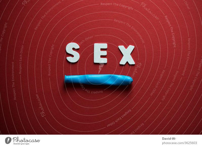Sex - Wort mit Luftballon - Darstellung Kondom verhütung verhüten Geschlechtsverkehr die Luft ist raus wort lustig blau rot neutral Hintergrund neutral