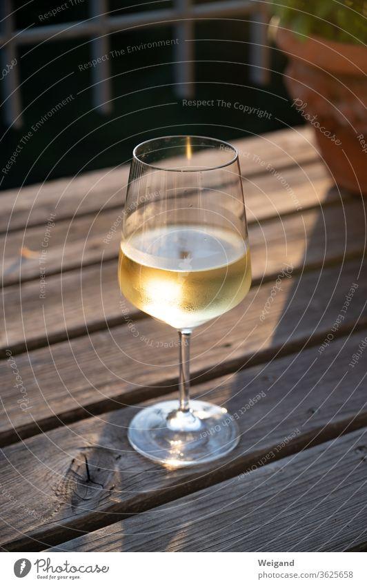 Weinglas mit Weißwein Sonnenuntergang gold genießen Alkohol kühl Getränk Sommer Urlaub Abend Genuß Leben lecker Silvaner Riesling Scheurebe Glück Glas trinken