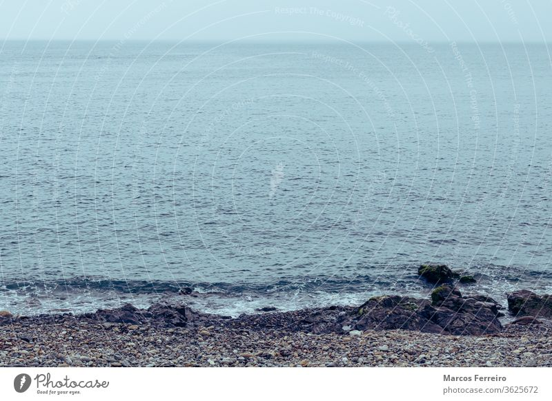 Kieselsteinstrand an der Atlantikküste, Meerblick atlantisch Strand blau Pause Schaumblase Kap Sauberkeit übersichtlich Klippe Küste Küstenlinie Ausflugsziel