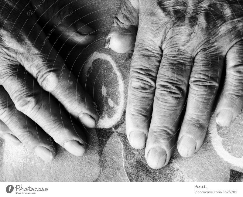 Die Zitronentischdecke  empfand die warmen Hände des alten Mannes als sehr angenehm, dass ihm ein Stück vom Daumen fehlte, störte sie nicht. Tischdecke