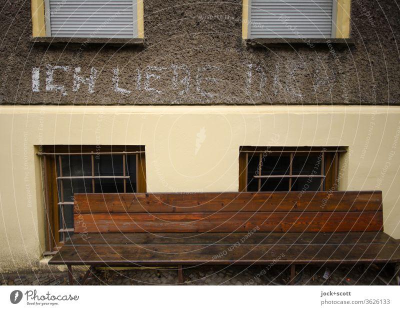 Liebe verschwindet nicht einfach, sie wird langsam unklar durch die Witterung Fassade Holzbank Sitzgelegenheit ich liebe dich Liebesschwur Romantik Verliebtheit
