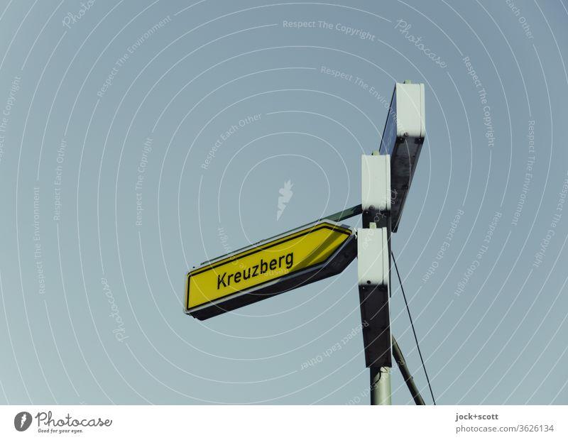 Pfeilwegweiser auf sonstigen Straßen (Kreuzberg) mit geringer Verkehrsbedeutung, rechtsweisend Verkehrszeichen Richtung Zeichen Schilder & Markierungen