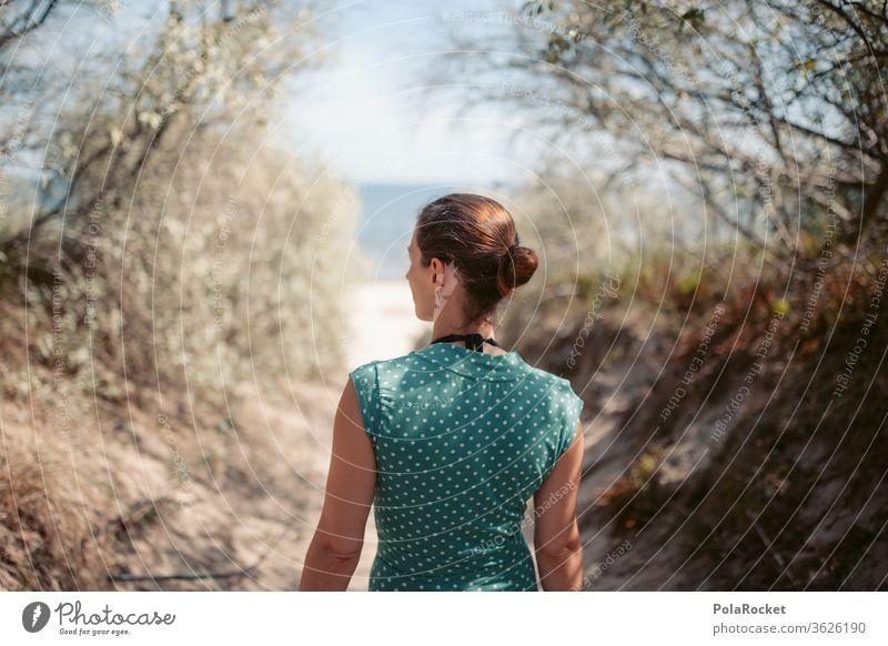 #A# Weg zum Meer verträumt Ostseeküste Zukunft Wasser Frau laufen Farbfoto Mecklenburg-Vorpommern Sand Tourismus Natur Außenaufnahme Idylle