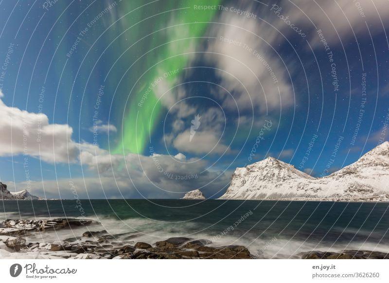 Polarlicht in Haukland Polarlichter Nordlichter Wolken Lofoten Norwegen Haukland Beach Berge Schnee Winter Meer Küste Felsen Nachthimmel Langzeitbelichtung
