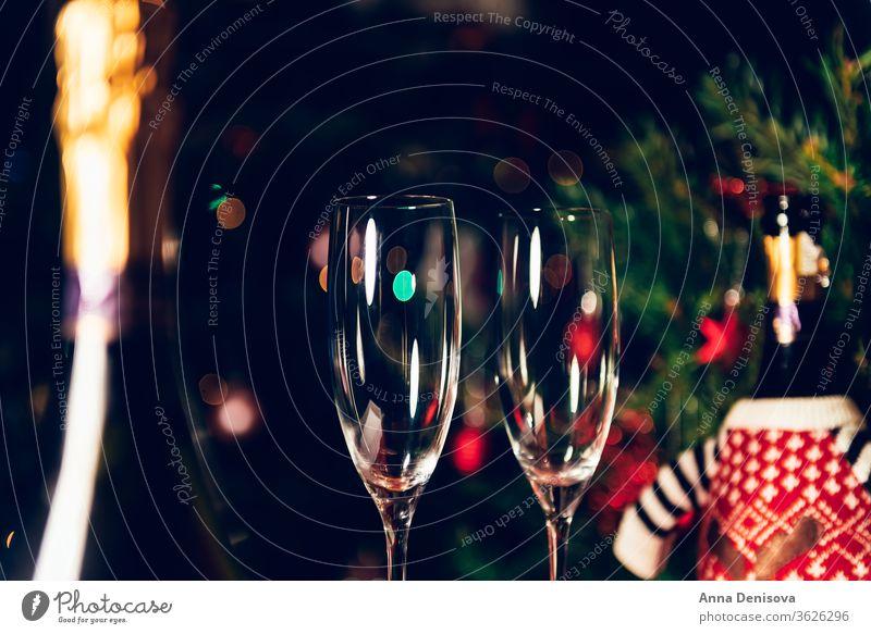 Weihnachts- oder Neujahrsfeier mit Champagner Flasche Prosecco Weihnachten Flöte Brille Feiertag Wein Alkohol zwei trinken Tisch Winter Zuprosten Glück Baum