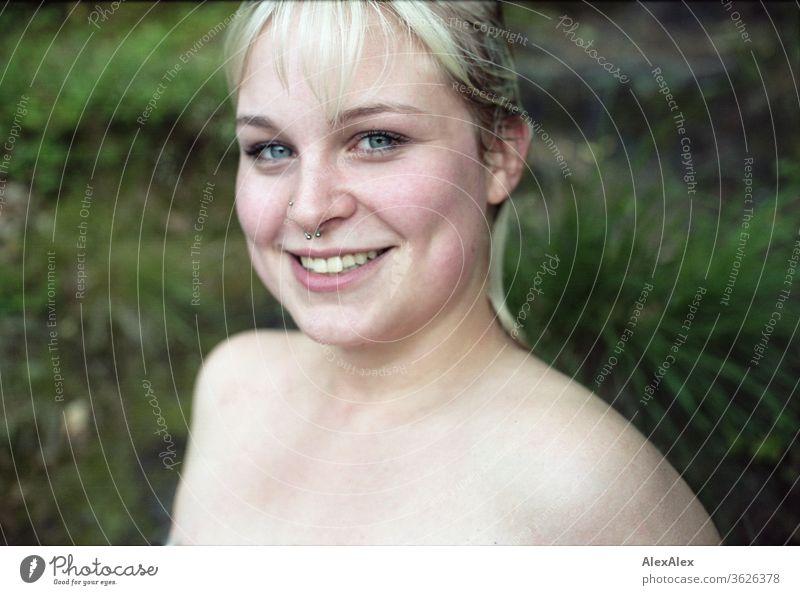 Analoges Portrait einer jungen Frau mit nassem Haar vor einem Wald Mädchen junge Frau schön blond lange Haare 19 18-20 Jahre 15-20 Jahre alt fit ästhetisch