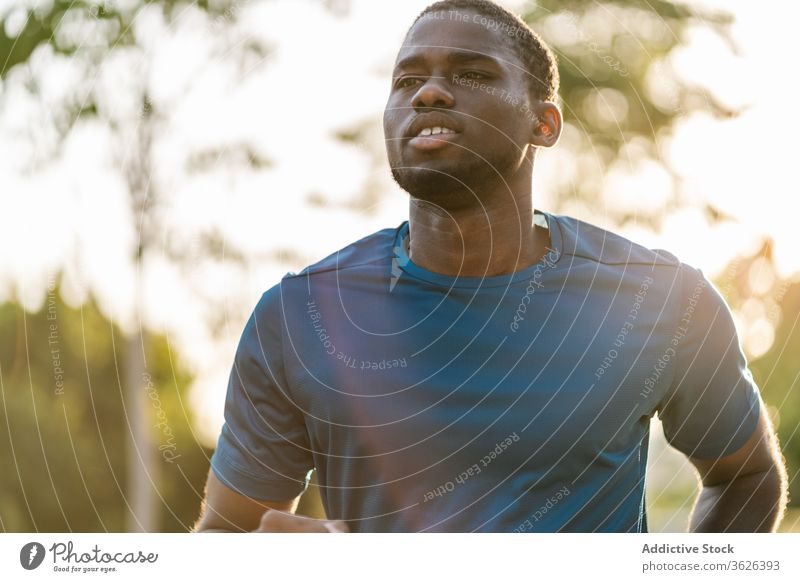 Schwarzer Mann läuft im Freien Afrikanisch joggen schwarz Training Fitness Sport Gesundheit Park Läufer aktiv passen Menschen Jogger Lifestyle Sommer männlich
