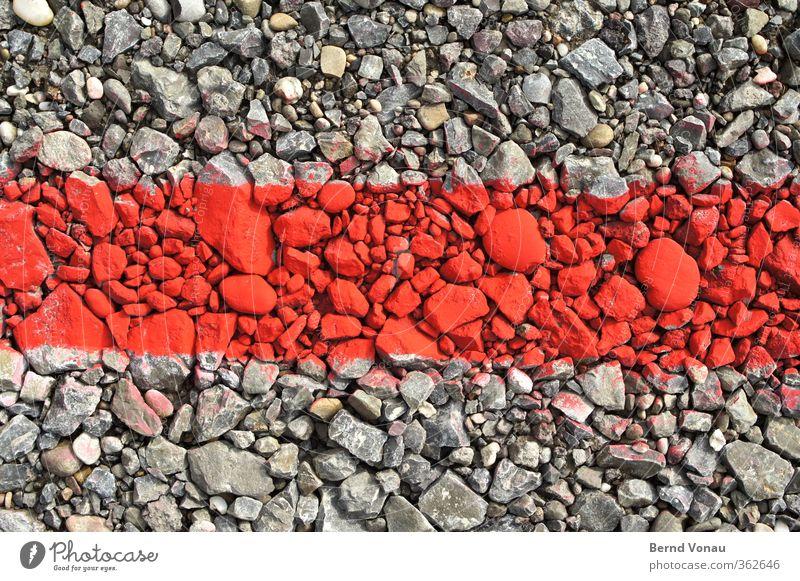 Steine im roten Bereich Parkplatz Schilder & Markierungen leuchten liegen grau Kies Begrenzung Grenze Linie Farbe grell Kontrast Problemlösung temporär