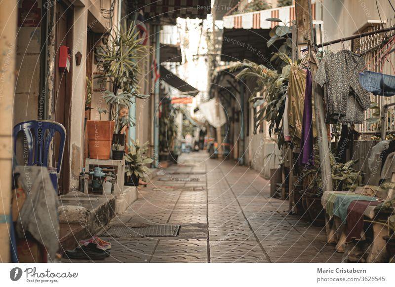 Leere, verlassene Gassen von Chinatown (Yaowarat Road) in Bangkok, Thailand, während der Abriegelung und Hausquarantäne wegen der Covid-19-Pandemie, die das neue normale Leben zeigt
