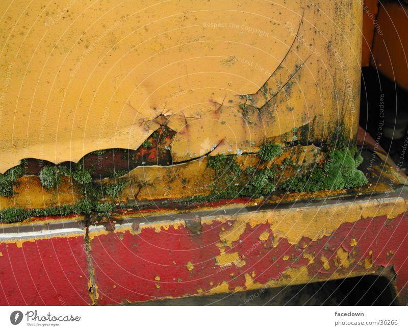 ReichInRost desolat Maschine gelb rot Industrie Lack alt Detailaufnahme Moos
