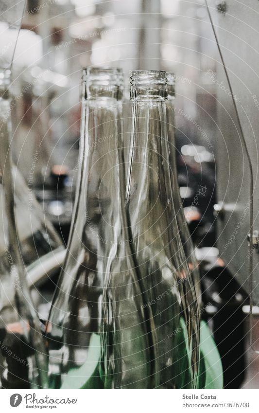 Leere Weinflaschen laufen in die Weinabfüllung Maschine Innenaufnahme Winzer Menschenleer Alkohol Farbfoto Schwache Tiefenschärfe Detailaufnahme Nahaufnahme