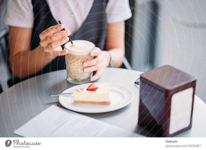 Frau trinkt an Sommertag Kaffee im Café im Freien Frühstück Kuchen Tasse Hand Lifestyle Tisch Lebensmittel trinken Morgen Espresso Business Mädchen Restaurant