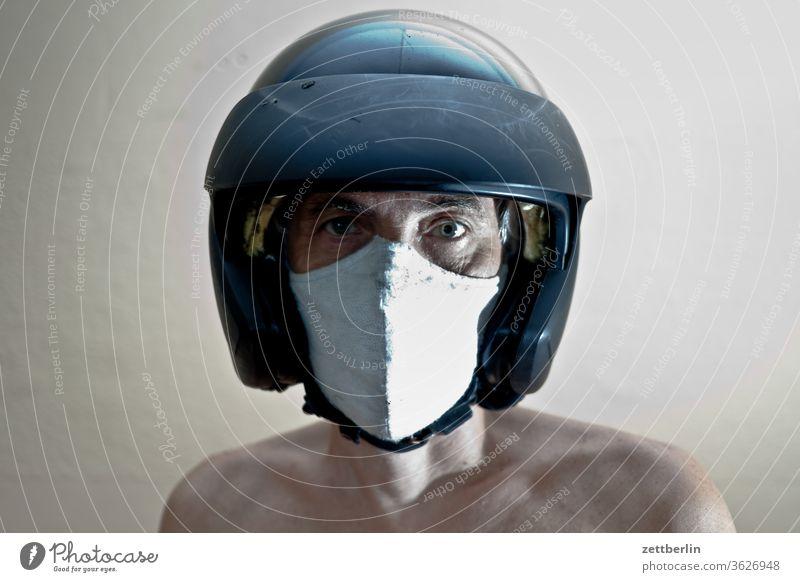 Mann mit Maske und Helm anzug bewegung bewegungsunschärfe geist gespenst innenaufnahme mann maske maskerade mensch raum textfreiraum theater verkleidung zimmer
