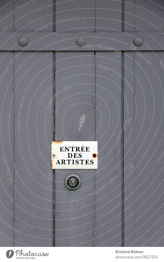 entrée des artistes künstlereingang tür seiteneingang hintertür holztür türspion guckloch nebeneingang schild hinweis theater französisch zugang zutritt