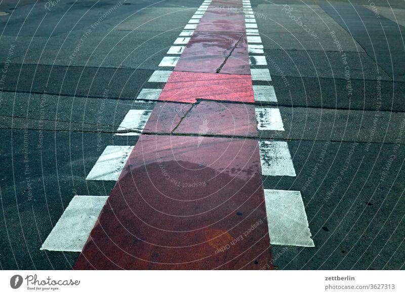 Fahrradweg, geradeaus abbiegen asphalt ecke fahrbahnmarkierung fahrrad fahrradweg hinweis kante kurve linie links navi navigation orientierung pfeil rechts