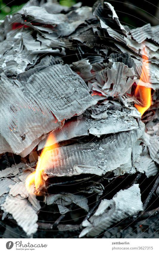 Brennendes Papier aktenvernichtung alktenvernichtung asche brand brandschaden brennen eingeäschert feuer flamme glut heiß papier pappe verbrannt datenschutz