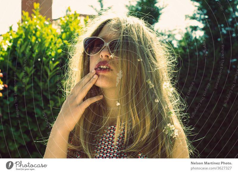 Lifestyle-Mode-Porträt der jungen Hipster-Blondie. Stilvoll lässiges Outfit. Abends Sonnenuntergang mit Sonnenbrille, Frisur. Mädchen Model im Freien Urlaub