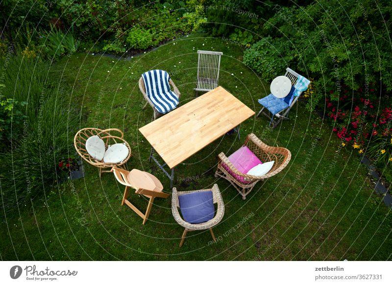 Sieben Stühle und ein Tisch stuhlkreis erholung tisch familie ferien garten gartenmöbel gartenparty gemeinschaft gespräch gras kleingarten kleingartenkolonie