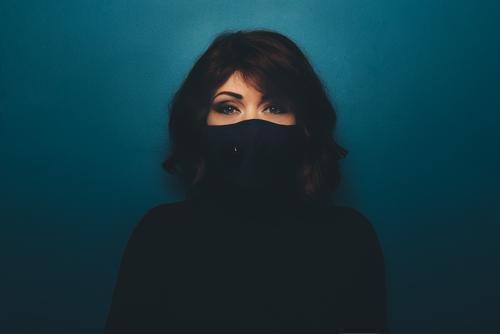 Junge Frau mit schwarzer Gesichtsmaske Mundschutz Porträt Korona Virus Coronavirus Zubehör Quarantäne Mode schön Allergie Gesundheit Schutz covid-19