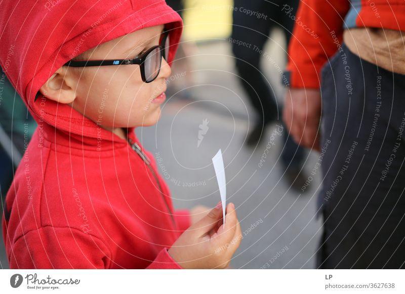 Kind mit einem Ticket, das in der Schlange steht Warten Fahrkarte warten Einsamkeit Denken Traurigkeit einsam Außenaufnahme Verkehr Informationsaustausch