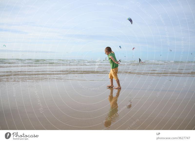 Kind tanzt am Strand Tanzfläche Tanztheater Tänzer Wasser Jahreszeiten Sommer Sommerurlaub sommerlich laufen Meer Bewegung Tanzen Freude Mensch