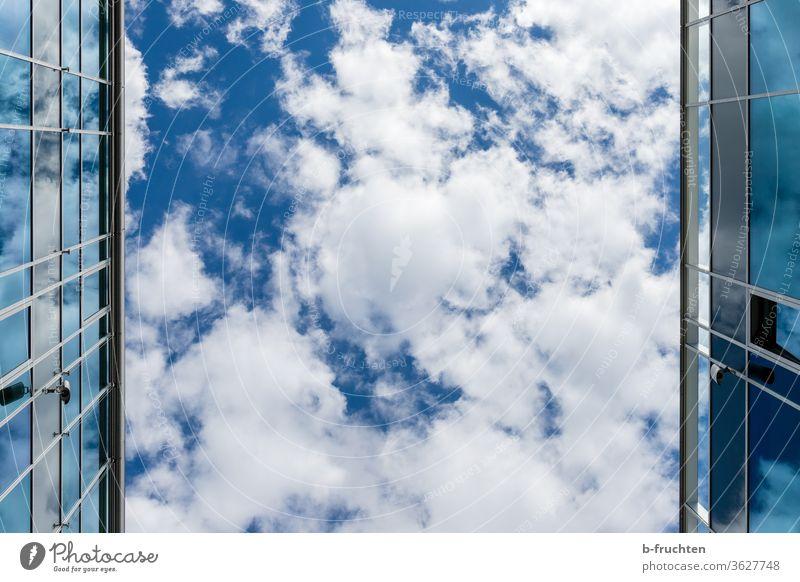 Modernes Gebäude, Glasflächen, blauer Himmel mit Wolken Spiegelung modern Architektur Reflexion & Spiegelung Fassade Bauwerk Außenaufnahme Fenster Stadt