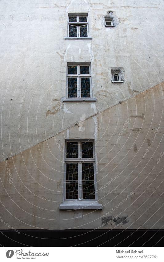 Alte, graue Hauswand mit fünf Fenstern Wand Fassade Farbfoto Architektur trist Gedeckte Farben alt