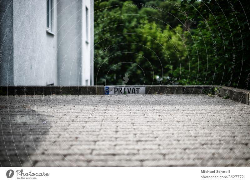 """Parkschild mit der Aufschrift """"Privat"""" an einer Steinkante Parkplatz parkplatzmarkierung parken privat Schilder & Markierungen Verkehr Hinweisschild"""