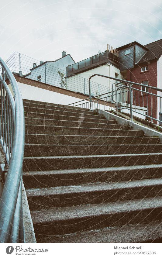 Treppe von unten mit Blick auf Häuser Architektur Geländer Treppengeländer Farbfoto Menschenleer aufwärts nach oben hochlaufen treppen steigen trostlos