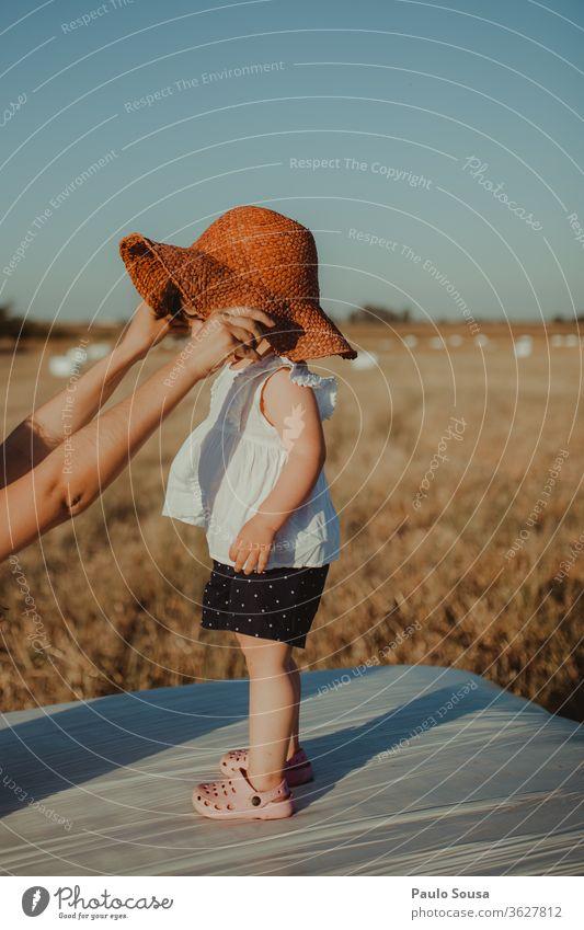 Kind mit Strohhut Kindheit Kindheitserinnerung Spielen Mädchen Farbfoto Hand Kindererziehung Sommer Natur 1-3 Jahre Freizeit & Hobby Reisefotografie reisen