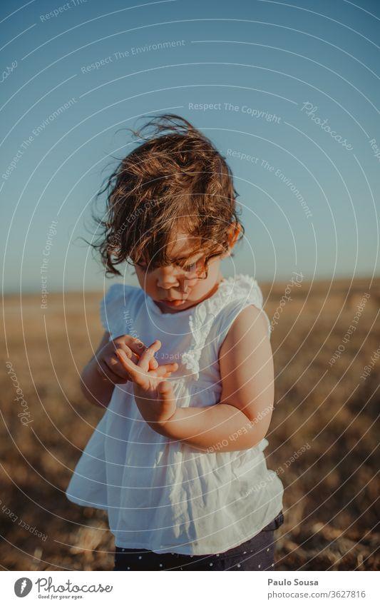 Kind auf den Feldern Kindheit Sommer Sommerurlaub Sonnenlicht Ferien & Urlaub & Reisen Spielen mehrfarbig Mensch Freizeit & Hobby Natur Tag Kindheitserinnerung