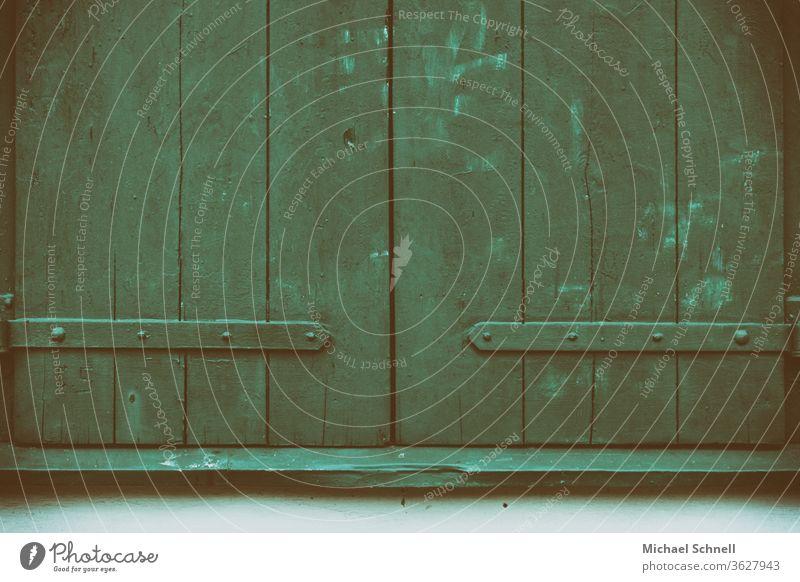 Alte, grüne Fensterläden aus Holz Fensterladen Haus Fassade Wand Außenaufnahme Farbfoto Zentralperspektive geschlossen