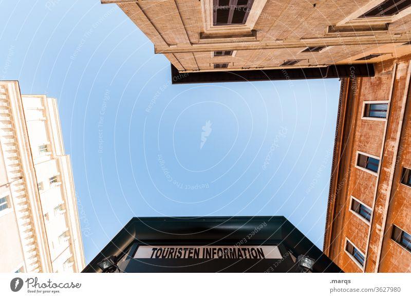 Touristen Information oben Häuserschlucht Haus aufstrebend Wolkenloser Himmel touristisch Schilder & Markierungen Altstadt Architektur Gebäude Fassade