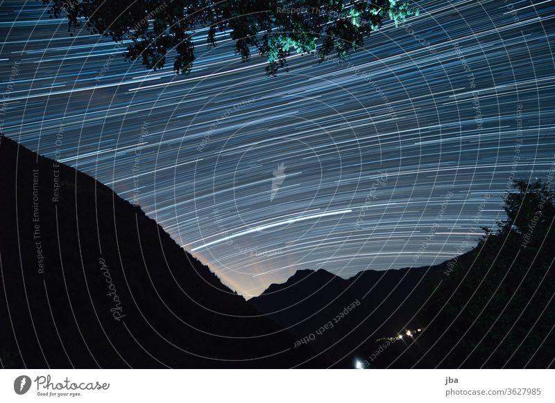 Langzeitbelichtung vom Sternenhimmel im Vergeletto-Tal, Tessin, Schweiz, Juni 2020. Achterschiff Lichtmalerei nacht Kontrast Wald baum drehung Bewegung Natur